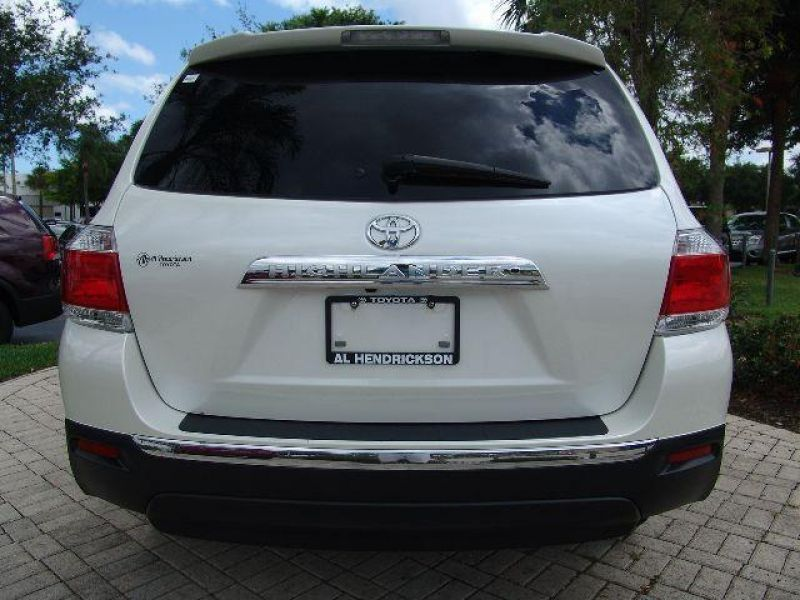 SELLING MY 2012 TOYOTA HIGHLANDER SE 4WD (White)