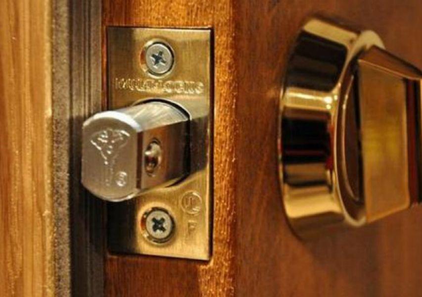 Установка замка на дверь